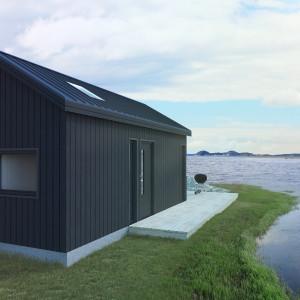 Svart Attefallshus vid havet